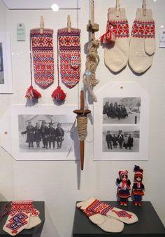 """Bilde er fra votte utstillinga """"Varme hender"""" i 2018 på Alta museum. Mittens, Gloves, Museum, Mens Fashion, Knitting, Holiday Decor, Inspiration, Style, Pictures"""