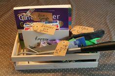 """Geschenk für Gärtner - oder welche, die es mal werden wollen: ein Garten-DIY-Set mit dem Inhalt:   - ein Glas Blumensamen, beschriftet mit """"1 Glas Sommer"""" - das Buch """"Quickfinder Gartenjahr"""", beschriftet als """"Bio-Google"""" - eine kleine Schippe, ein Handgrubber & 2 Paar Handschuhe, beschriftet als """"GaLa-Bau-Set - und natürlich Pralinen, beschriftet als """"Dünger für's Gehirn""""   Alles zusammen in einer kleinen Holzkiste verpackt (mit selbstbeschrifteter Geburtstagskarte) – FERTIG!"""