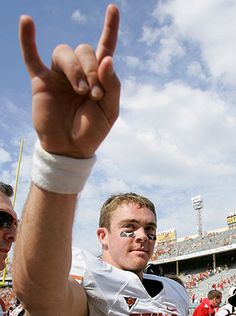 Colt McCoy Probably my favorite picture of him because one, he is in his football uniform. Two, he is doing the hook'em symbol. And three, he is smiling. Ut Football, Texas Longhorns Football, Ut Longhorns, Football Uniforms, Baseball, Colt Mccoy, Eyes Of Texas, Hook Em Horns, University Of Texas