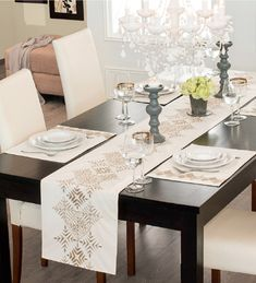 This Pin was discovered by Sev Burlap Table Runners, Lace Table, Dinner Room, Dinning Table, Home And Deco, Decoration Table, Table Covers, Soft Furnishings, Table Linens