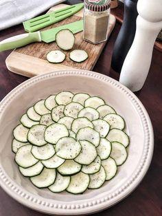 Low Carb Zucchini Pizza eine Alternative für einen Pizzaboden aus Zucchini Dieser Low Carb Snack kommt ohne Mehl und ohne Kohlenhydrate aus