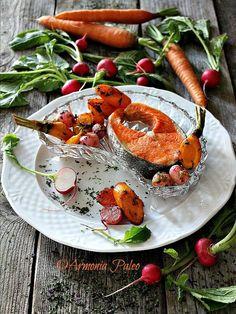 Salmone Selvaggio con Carote, Ravanelli e Fiocchi di Alghe