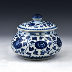 IMPORTANT, Chinese Ming Dynasty porcelain lidded jar.