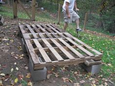 """~ Sally Sunshine Poultry ~ """"Hinkel Haus"""" made of pallets and recycled wood picket fencing From PA! Hinkel is PA Dutch for Chicken btw. Recycled Pallets, Recycled Wood, Pallet Dog House, Pallet Coop, Cheap Dog Kennels, Building A Dog Kennel, Chicken Coop Pallets, Gato Animal, Diy Dog Crate"""