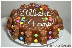 Comment faire plaisir à un petit garçon pour ses 4 ans?? En lui préparant un bon gros gâteau au chocolat fourré et glacé, puis décoré de bonbons de toutes les couleurs!! Sans oublier les bougies qu'on aura le plaisir de rallumer au moins 10 fois........