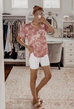 Monday Must-Haves: My Favorite Casual Tops for Summer - tie dye tee and white biker shorts Casual Summer Outfits, Casual Shorts, White Biker Shorts, Cute Sundresses, Vogue Fashion, Cute Designs, Everyday Outfits, Summer Wardrobe, Casual Tops