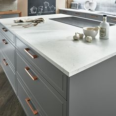 Lewes slate gray kitchen Introduce vintage glamour to a slate grey kitchen with a white marble effect worktop. Copper And Grey Kitchen, White Kitchen Worktop, Grey Shaker Kitchen, Slate Kitchen, White Marble Kitchen, Shaker Style Kitchens, Grey Kitchen Cabinets, Grey Kitchens, Kitchen Units