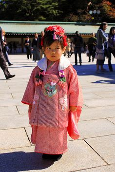 traditionaljapan:    Little girl in Kimono by Einharch on Flickr.