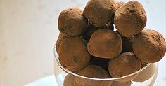 Για να τους κακομαθαίνετε! Υλικά για περίπου 30 κομμάτια 3ΟΟγρ. σοκολάτα κουβερτούρα 9 κ.σ. κρέμα γάλακτος 3 κ.σ. κονιάκ για το τύλιγμα τρού... Sweet Potato, Dog Food Recipes, Vegetables, Blog, Vegetable Recipes, Blogging