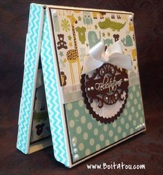 Boitatou accompagné d'un support à carte cadeau agencé. Support, Creations, Card Holder, Boxes, Scrapbooking, Baby Shower, Gifts, Baby Arrival, Tiny Gifts