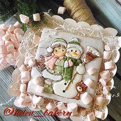А сейчас я буду хвастаться  вот такой красивущий новый #фотофон появился у меня от @photo.background . И мне его можно сказать подарили ! Лена, спасибо! Цвет шикарный  на фото открытка снеговичок ☃ и Снегурочка , такие милые  в коробочке с #маршмеллоу #пряники #имбирныепряники #имбирноепеченье #пряникиназаказ #пряникинановыйгод #подарок #подарокнановыйгод #пряникимосква #вечер #неожиданно #радость #сладкийподарок #тортназаказ #мирдоджензнатьчтояготовлю #вкусно #новогодний #новогоднеенас...