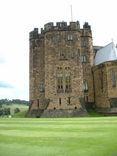 Alnwick Castle in the town of Alnwick, in the county of Northumberland The Beautiful Country, Beautiful Places, Alnwick Castle, Castle Wall, Scotland Castles, Hogwarts, Castle In The Sky, Castle Ruins, Architecture Old