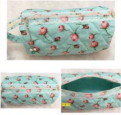 D I A • D A S • M Ã E S • 2 0 1 6   Floral Porta lingerie acolchoado feito de composê de tecidos de algodão floral e de poá, alça para mão, detalhe de renda branca, zíper com puxador de pérolas.  Tamanho: 13cm de diâmetro / 30cm de comprimento.
