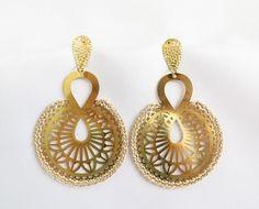 Brinco com base de metal dourado com detalhes e barrado em crochê feito a mão com linha perolada.