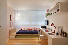 Se projetar a própria casa não é uma tarefa das mais fáceis, que dirá decorar um imóvel alugado, que costuma vir acompanhado de muitas restrições. A maioria dos locadores não permite que as paredes sejam furadas ou pintadas, muito menos demolidas. Diante desse desafio, o casal que se apaixonou por esse apartamento de 300 m² na Barra, no Rio de Janeiro, decidiu recorrer à ajuda profissional de Fabiana Nacife e Luiza Lemgruber do Todo Dia Arquitetura.
