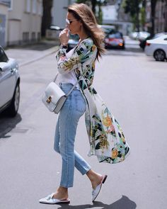 Gorgeous Summer Look Kimono Floral Print Kimono And Jeans, Look Kimono, Kimono Outfit, Muslim Fashion, Hijab Fashion, Fashion Dresses, Classy Outfits, Casual Outfits, Kimono Floral