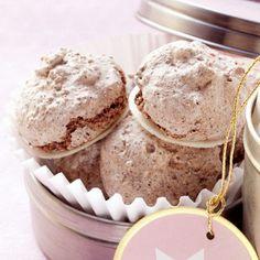Schokomakronen: 100 g Zartbitterschokolade, 1 TL Kakaopulver, 100 g gehäutete gemahlene Mandeln, 2 Eiweiß (M), 1 Prise Salz, 100 g Puderzucker, ca. 35 Oblaten (40 mm Ø). | 2 Eigelbe bleiben übrig
