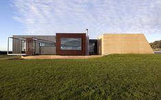 Prebuilt Prefab House Inverloch by Prebuilt (via Lunchbox Architect) Australian Architecture, Residential Architecture, Architecture Design, House Exterior Color Schemes, Exterior Colors, Prefabricated Houses, Prefab Homes, Custom Modular Homes, Custom Homes