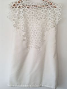 Sewing ideais: a summer handmade Dresden made with white fabric and lace.
