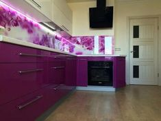 Кухня: яркая, с орхидеями и спальным местом Kitchen Room Design, Kitchen Colors, Kitchen Ideas, Purple Kitchen Cabinets, Home Themes, All Things Purple, Ultra Violet, Kitchen Storage, Backsplash