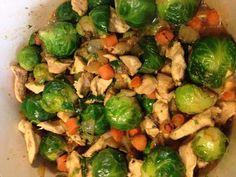 sauce soja, poivre, filet de poulet, chou de bruxelles, oignon, huile d'olive, sel, carotte