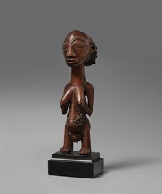 A HEMBA FEMALE FIGURE Democratic Republic of the Congo, Auktion 1045 Afrikanische und Ozeanische Kunst, Lot 269