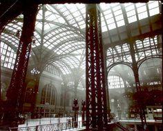 """Estación Penn, Interior, Manhattan"" (1935-1938). Obra de Berenice Abbott (1898-1991). Biblioteca Pública de Nueva York.   ""Penn Station, Interior, Manhattan"" (1935-1938). Work by Berenice Abbott (1898-1991). New York Public Library."