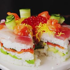 Recipe with video instructions: 33 million Facebook users can't be wrong, this cake is an edible masterpiece. Ingredients: (sushi rice), 2 cups cooked Japanese rice, 3 1/2 tbsp rice vinegar, 2 tbsp sugar, 2 tsp salt, 4 types ( 160 g ) of your favorite sashimi (tuna, squid, salmon, etc) , 1 avocado, 3 1/2 oz. smoked salmon, 6 pirella leaves, (decoration), 4 thinly sliced cucumber strips, 4 slices salmon, 1 tbsp salmon roe (ikura), sliced egg omelette