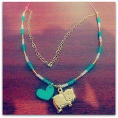 Collar Marranito Materiales: Accesorios en oro goldfield, mostacillas checas, corazón en acrílico, cordón rosa degradé