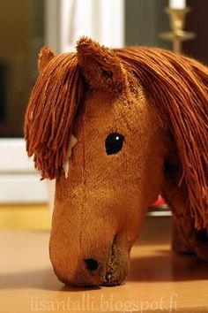 Lähestulkoon sama juttu löytyi joulukalenterin eilisestä luukusta, mutta arvelen tämän olevan lukijoita kiinnostavaa materiaalia, josta on i... Stick Horses, Horse Pattern, Hobby Horse, Horse Crafts, Dobby, Horse Racing, Diy For Kids, Animals And Pets, Diy And Crafts