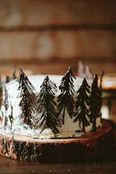 A creative way to use pine needles in your rustic wedding cake.