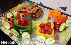 Vrolijk paprika-treintje van rauwkost Birthday Treats, Appetizers, Breakfast, Ethnic Recipes, Party, Birthday, Morning Coffee, Appetizer, Parties