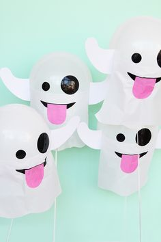 How adorable are these ghost emoji DIY Halloween balloons? Bureau Halloween, Table Halloween, Casa Halloween, Halloween Balloons, Halloween Drinks, Halloween Crafts For Kids, Halloween Birthday, Outdoor Halloween, Costume Halloween