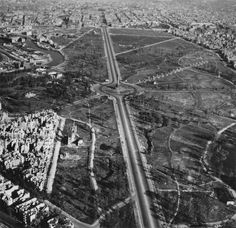 The victory column location photographed in 1939. In the background, the road...