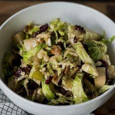 Хрустящий салат из брюссельской капусты с грушами и сыром
