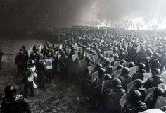 Ukrajna, Kijev, tüntetés Riot police officers gather as they clash with protestors in the center of Kiev on January Pictures Of The Week, Cool Pictures, Riot Police, Spiegel Online, Foto Art, Photojournalism, Amazing Photography, Images, Kitchen