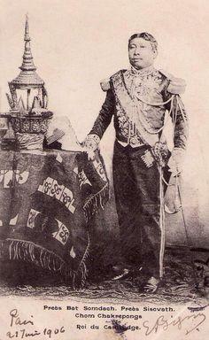1906 - Préas Bat Somdaeh. Préas Sisovath. Chom Chakrepongs. Roi du Cambodge   by manhhai Cambodian People, Cambodian Art, Old Pictures, Old Photos, Vintage Photos, Folklore, Khmer Empire, Folk Clothing, Angkor Wat