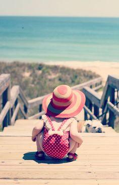 Des petites fesses bien rondes pour la plage et surtout surtout de petits souliers rouges et le chapeau assorti à la tenue de mademoiselle !