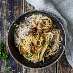 Kremet spaghetti med sopp – Ourkitchenstories Parmesan, Spaghetti, Ethnic Recipes, Pizza, Search, Food, Meal, Searching, Essen