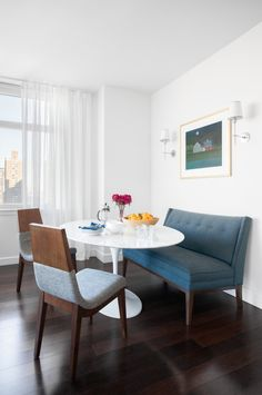 Find breakfast nook furniture ideas and buy new decor items on domino. Domino shares breakfast nook furniture ideas for your kitchen area. Settee Dining, Dining Room Bench, Dining Nook, Dining Room Design, Dining Chairs, Dining Bench With Back, Room Chairs, Saarinen Tisch, Saarinen Table