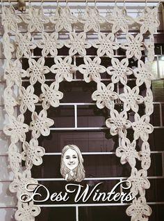 Artes da Desi: Bandô/ Cortina com flores de crochê http://www.artesdadesi.com/2015/04/bando-cortina-com-flores-de-croche.html