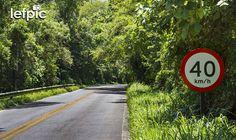 • Sinalizações - Placa de trânsito indicando a velocidade máxima de 40 km/h em uma estrada de duas mãos. Ao fundo, temos uma paisagem montanhosa e arborizada. Aplicável em projetos relacionados à natureza e/ou sistemas viários em áreas urbanas, rurais e florestais. 📷 by Leandro Floriano  Download da imagem na #Shutterstock: https://shutterstock.com/pic-519020605  #road #traffic #sign #garden #forest #jungle #environment #nature #ecology #landscape #beauty #photo #pic #instaphoto #instapic