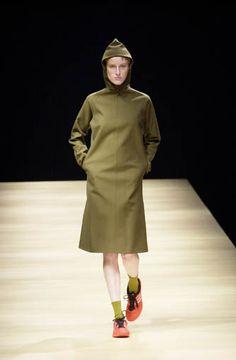 Yohji Yamamoto - Ready-to-Wear - Runway Collection - Women Fall / Winter 2001