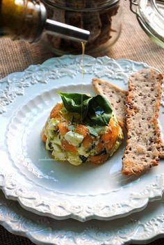 Pane, burro e alici: Tartare di Feta e melone con olio al basilico e sfogliette ai semi di lino