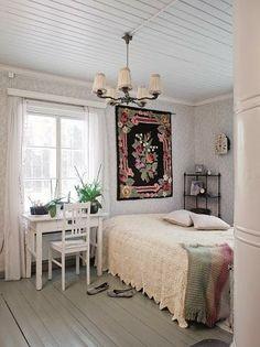 Hyvän tuulen torppa | Koti ja keittiö. Lovely bed and old fireplace.
