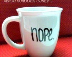 Artículos similares a Taza de café pintadas a mano - blanco y negro en Etsy
