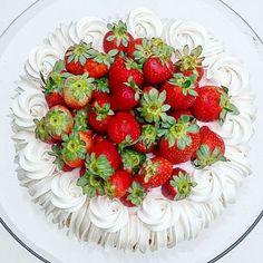 """Priscila Cantinho on Instagram: """"Bom diaaaaaaaa!!! Hoje é só bom dia, dia lindo, dia abençoado. Com um detalhe, não é automático, é de abraço, de olho no olho, nariz no…"""" Pavlova, Strawberry, Fruit, Instagram, Beautiful Day, Eyes, Nice, Strawberry Fruit, Strawberries"""