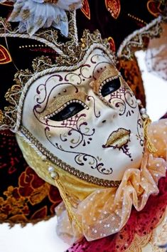 Carnevale mask in white and gold Mardi Gras Carnival, Venetian Carnival Masks, Carnival Of Venice, Peacock Mask, Venitian Mask, Masquerade Ball, Venetian Masquerade, Venice Mask, Beautiful Mask