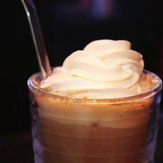 Yummy, disfruta el inicio del Fin de Semana con este Café helado con crema.
