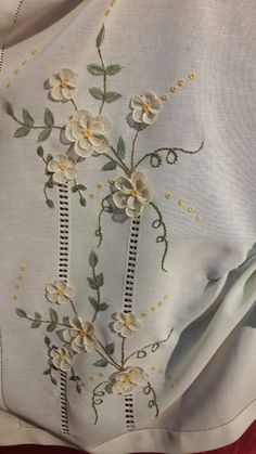 Simples e vistoso. Para quem gosta destes bordados. Embroidery Suits Design, Flower Embroidery Designs, Applique Designs, Machine Embroidery Designs, Cutwork Embroidery, Hand Embroidery Stitches, Embroidery Techniques, Embroidery Patterns, Lace Beadwork